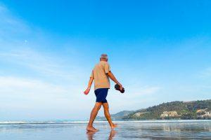 Mann läuft am Strand